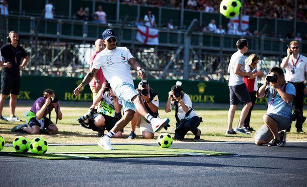 Lewis Hamilton on antanut itsestään kuvan jalkapallofanina.