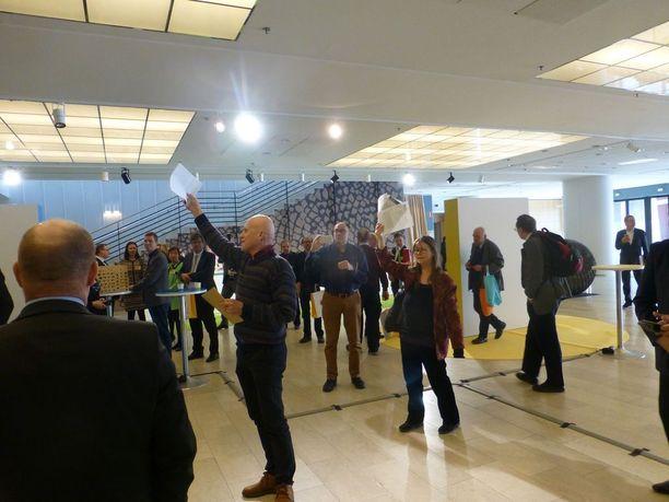 Järjestöaktiivit tulivat helsinkiläishotellin aulaan ennen yhtiökokouksen alkua.