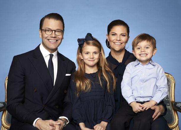Daniel, Estelle, Victoria ja Oscar poseeraavat hymyssäsuin.