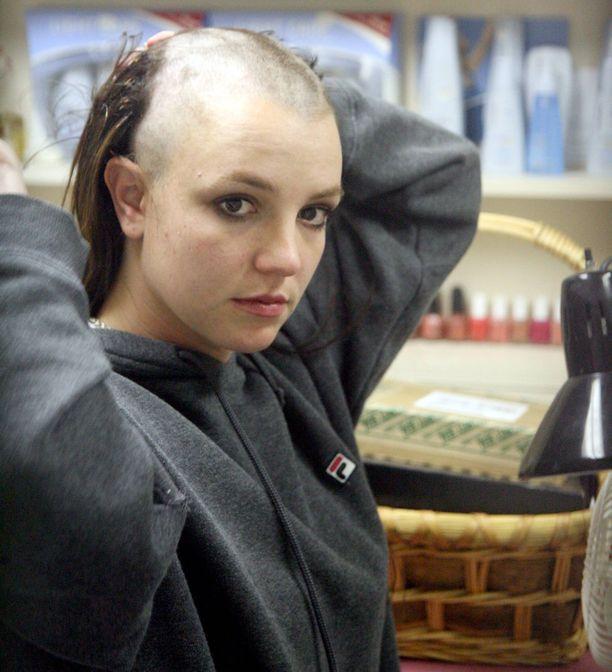 Paparazzit tallensivat kuviin Spearsin ahdingon. Tukka lähti yhdessä hujauksessa.