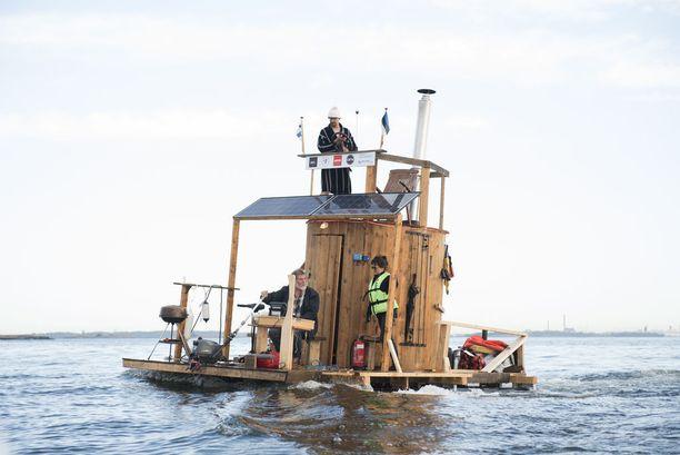 Janne Käpylehdon saunalautta sai kansainvälistä huomiota, kun keksijä matkasi sillä Helsingistä Tallinnaan. Nyt lautta on myytävänä.