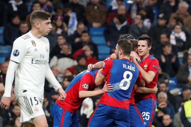 Real Madrid Fede Valverde (vas.) seurasi lähietäisyydeltä ZSKA-juhlia.