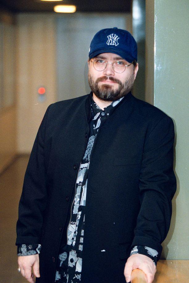 Esa Kaartamo poseerasi Iltalehdelle vuonna 2002, kun hän julkaisi tuplalevyn liittyen Laulava sydän -tv-sarjaan.