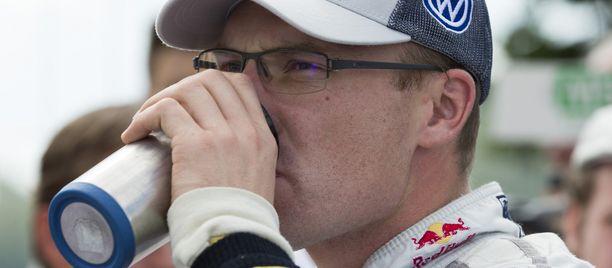 Jari-Matti Latvala saattoi hörppiä energiajuomaa huojentuneena.