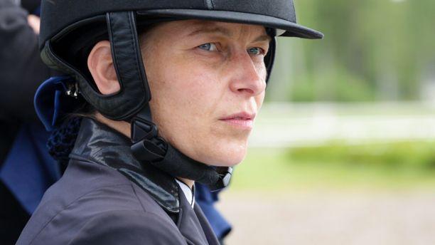 Ratsastaminen aiheuttaa Jaana Kivimäelle kipuja. - Siitä tulee ristiriita, hän sanoo illan dokumentissa.