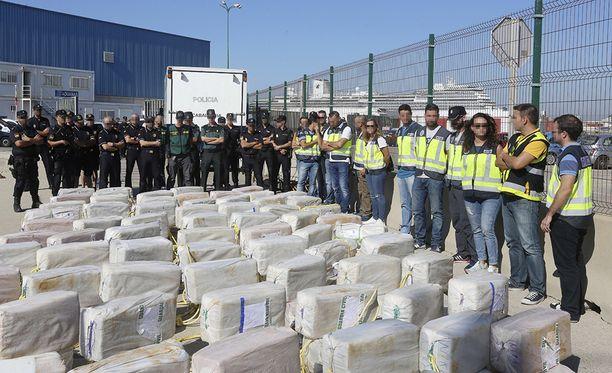 Espanjan poliisi esittelee takavarikoitua 3,8 tonnin kokaiinilastia Cádizin satamassa.