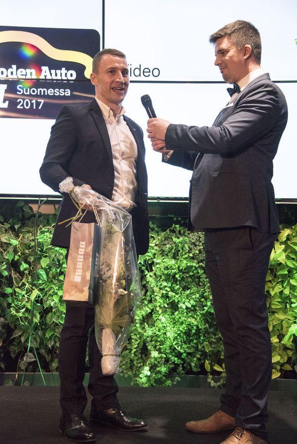 Seatin Jukka Kiuru vastaanotti Autotalli.comin palkinnon parhaasta mainoskampanjasta Autotalli.comissa. Palkinnon ojensi Sampsa Runila.