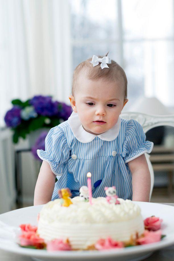 Estelle juhli 1-vuotispäiviään Vickanin vanhassa mekossa.