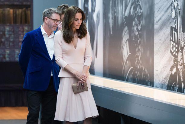 Catherine katsasti Voguen juhlanäyttelyn vaaleanpunaisessa asussa.