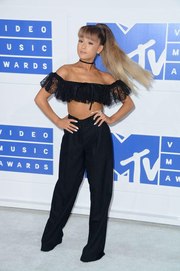 Kuinka moni muistaa, että Ariana Grande on ollut myös otsatukka? Epäilemme sitä kuitenkin feikiksi ja loihtisimme saman tekotukalla. Tältä Ariana Grande näytti vuonna 2016 MTV Video Music Awards -gaalassa. Pikkuruinen yläosa yhdistettynä löysiin housuihin on ihanan tasapainoinen kokonaisuus.