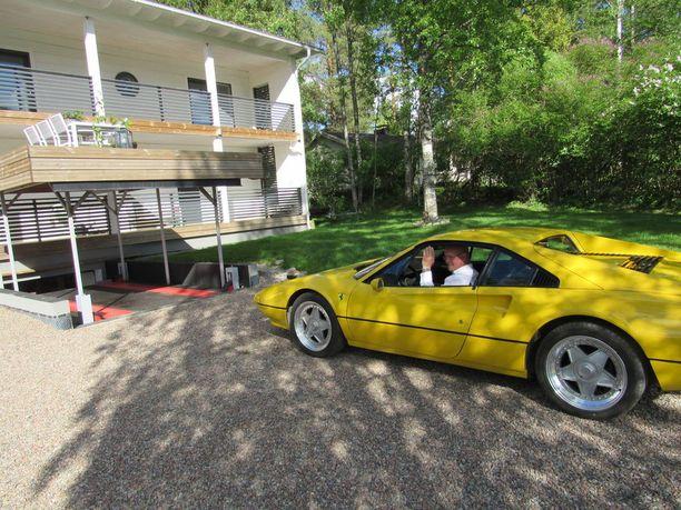 Esa Schroderus ajaa Ferrarin terassin alta nousevaan hissiin, jolla pääsee autotalliin.