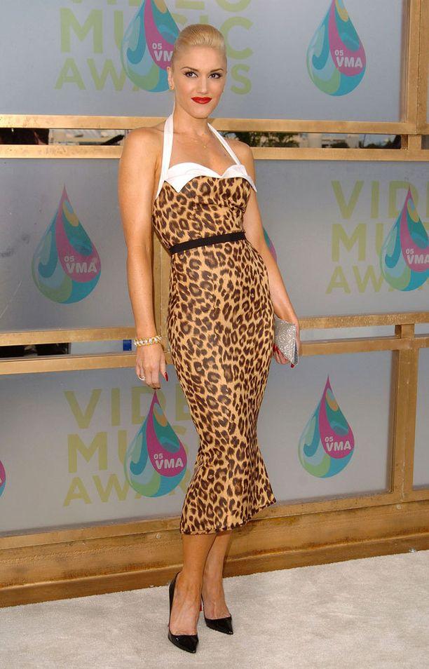 Gwen Stefani vuonna 2005, leopardiprintissä.