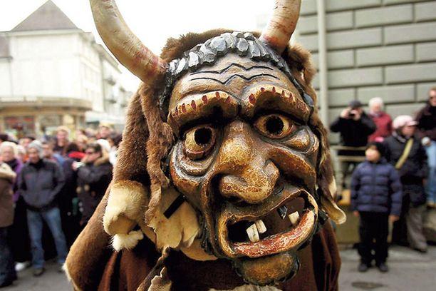SUU NAPPIIN — eikä tippaakaan! Sveitsin Interlakenissa alkanutta vuotta juhlittiin keskiviikkona perinteisellä 'Harder-Potschete' -paraatilla. Kulkueeseen osallistui myös tämä veijari, jolle tipattoman tammikuun aloittaminen näytti olevan poikkeuksellisen vaikeaa.