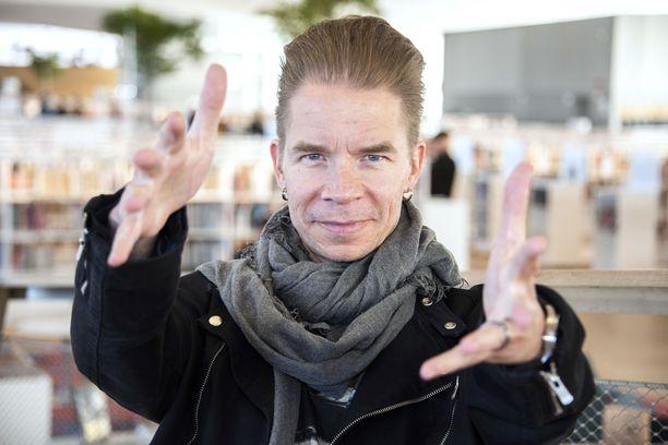 Muusikko Ville Pusa julkaisee omaa musiikkia 15 vuoden jälkeen.