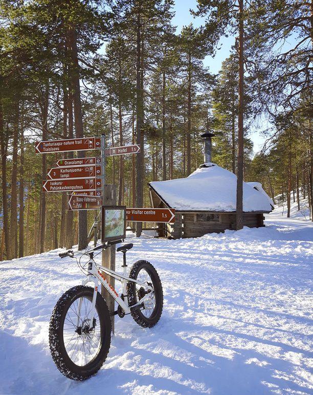 Isokurun kodalle pääsee talvisin myös pyörällä huollettua talvipyöräilyreittiä pitkin.