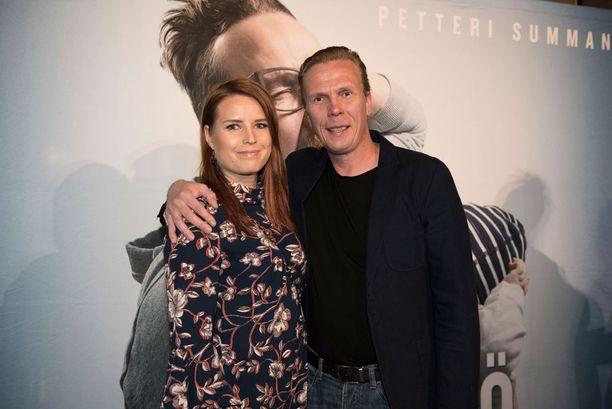 Katja ja Jukka saapuivat iloisin mielin yhdessä elokuviin.