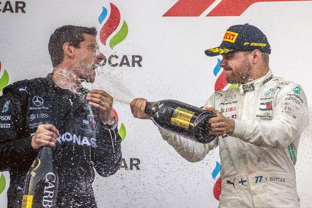 Valtteri Bottas kasteli autonsa päämekaanikko Stuart Greenin Bakun podiumilla.