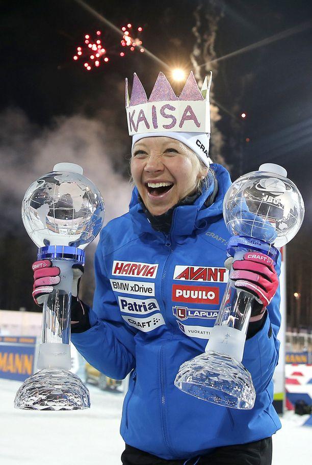 Kaisa Mäkäräinen sai päähänsä joukkuekavereidensa askarteleman kruunun. Kuvan saa suuremmaksi klikkaamalla.