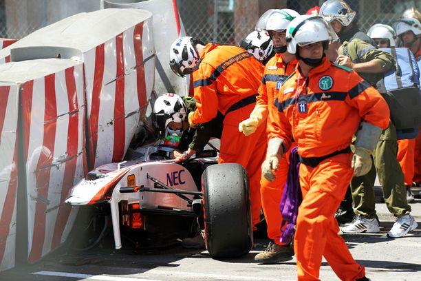 Sergio Perez sai nopeasti apua kolarin jälkeen.