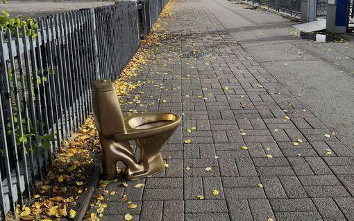 Kultainen vessanpönttö seikkailee pitkin Tamperetta – mutta kuka ihme sitä siirtelee?