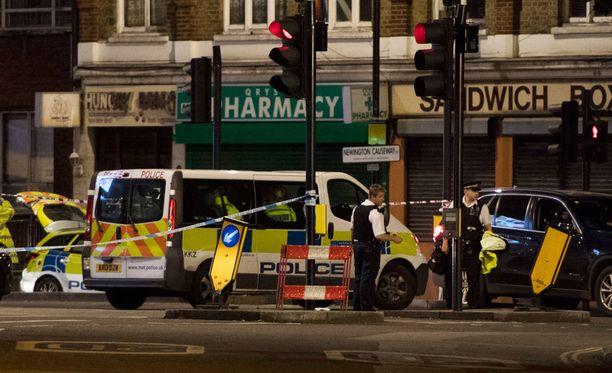 Poliisi selvittää Lontoon hyökkääjien henkilöllisyyttä ja taustoja.