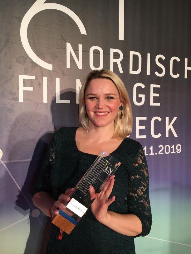 Anna-Maija Tuokko pokkasi elokuvalle pystin Lyypekissä. Hän oli pukeutunut juhlavaan pitsiseen tummaan mekkoon.