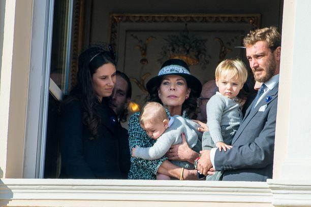 Monacon prinsessa Caroline pitää palatsin parvekkeella sylissään nuorimman poikansa Pierre Casiraghin (oik.) kuopusta Francescoa. Vierellä miniä Tatiana Santo Domingo.