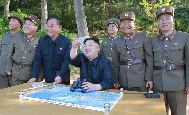 Kim Jong-un seuraamassa ohjuskokeita toukokuussa.