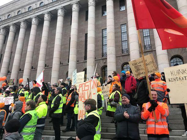 Postilaiset osoittivat torstaina mieltään eduskuntatalon edessä.