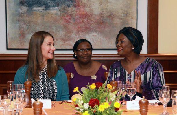 Melinda Gates (vas.) tammikuussa vierailulla Burkina Fasossa, missä hän tapasi maan ykkösrouvan Sika Kaboren. Mariame Kabore tulkkasi.