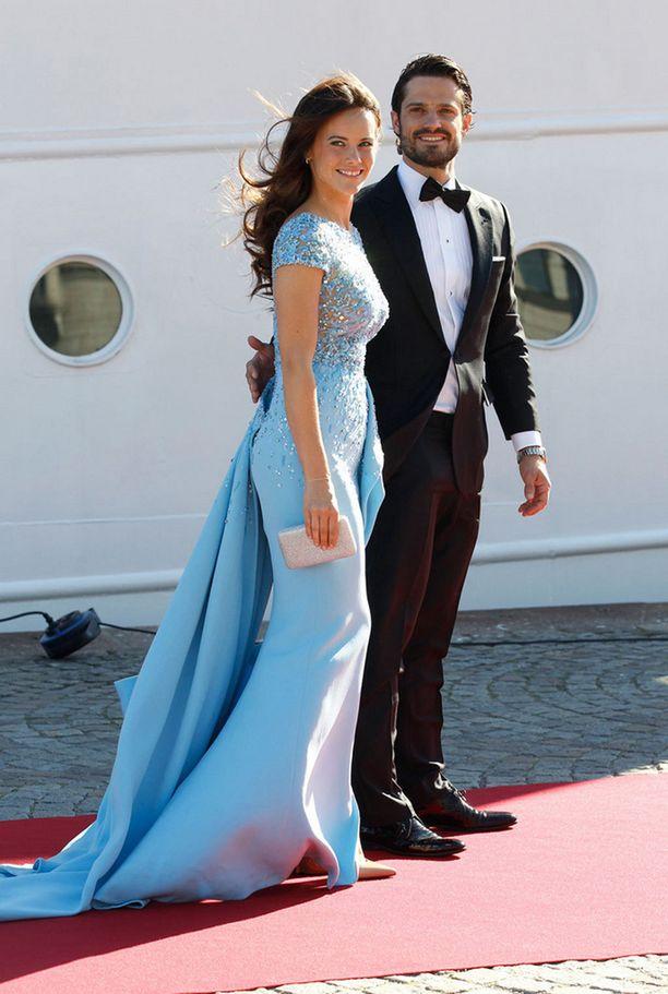 Prinssi Carl Philip ja Sofia Hellqvist matkalla illalliselle perjantaina Tukholmassa.