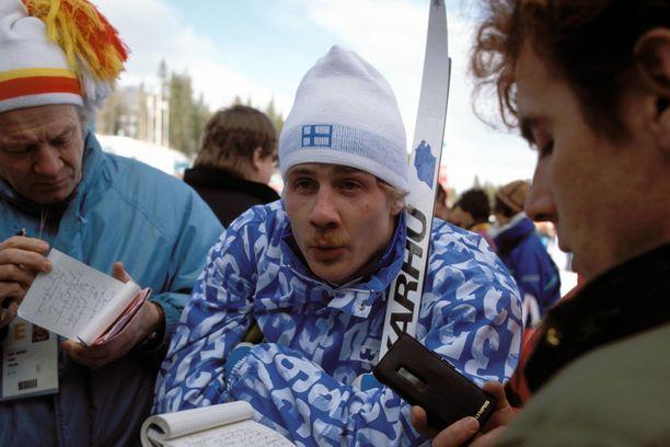 Jari Laukkanen toimittajien haastateltavana Calgaryn olympialaisten 15 kilometrin kisassa. Laukkanen oli 25:s.