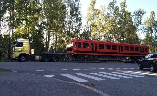 Metrovaunujen kuljettamisessa autojen seassa on haasteensa.