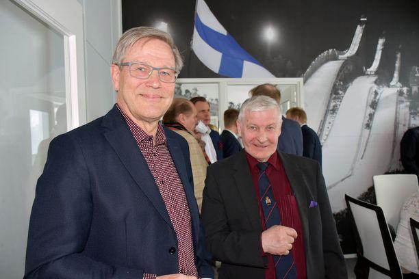 Risto Nieminen (vas.) jätti Olympiakomitean viime syksynä. Niemisen vieressä Oulun Hiihtoseuran vaikuttaja Veikko Anttonen.