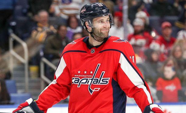 Brett Connolly oli päättänyt, että Caps-tyttö saa kiekkonsa.