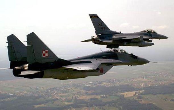 """Neuvostoliitto houkutteli vuonna 1990 Suomea kansainvälisille sotilaskonemarkkinoille tarjoamalla mahdollisuutta osallistua uuden, vientiin tarkoitetun """"monimaalihävittäjä-rynnäkkökoneen"""" kehittämiseksi. Neuvostoliitto ei paljastanut konetyyppiä, mutta se muistutti MiG-29M-tyyppinä tunnettua hävittäjää. Kuvassa etualalla on Puolan ilmavoimien yhä käyttämä MiG-29 vierellään Yhdysvaltain ilmavoimien F-16."""