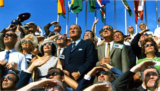 Ihmiset katselevat Apollo 11 lähtöä. Keskellä entinen Yhdysvaltain presidentti Lyndon B. Johnson.