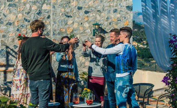 Tähtiartistit kilistelevät ensimmäisen artistipäivän kunniaksi Castillo de Mondan katolla.