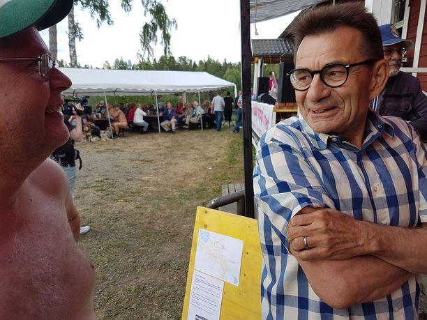 Nakukympin isä Aarne Heino (oik.) keskusteli Suomen Naturistiliiton puheenjohtajan Juha Jonssonin kanssa ennen juoksua.