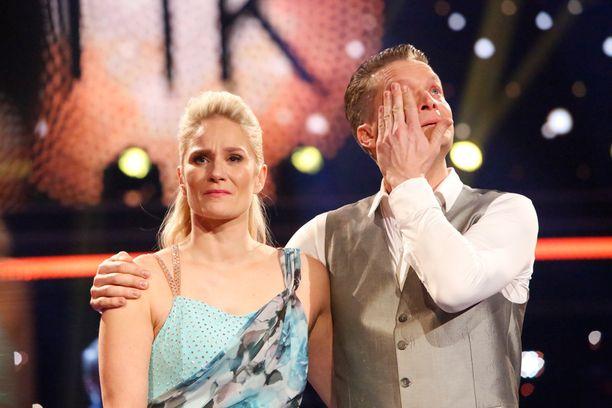 Laura ja Mikko itkivät jo insertissä ennen esitystä. Myös tanssin jälkeen tunteet saivat vallan.