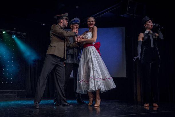Viru-hotellin Forever Young -varietee käsittelee maan historiaa. Kuvassa Miss Estonialla on vaikeuksia valita kahden kosijan, Saksan ja Neuvostoliiton, välillä.