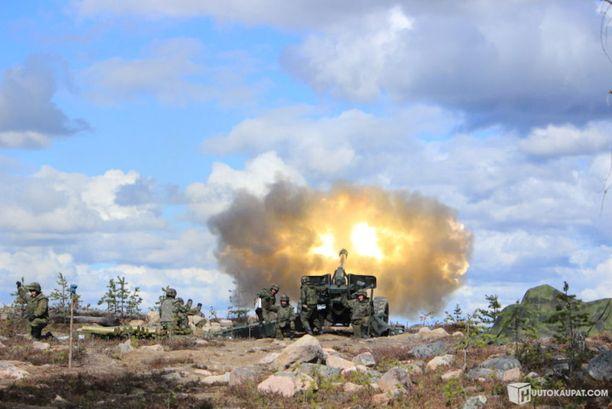 Puolustusvoimien antaman tiedon mukaan kuvassa kyseinen tykkimalli on käytössä harjoitustoiminnassa ampumalueella.