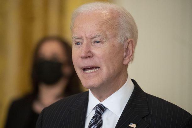 USA:n presidentti Joe Biden kaatuili portaissa.