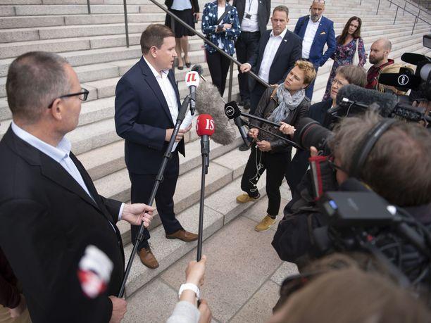Perussuomalaisten eduskuntaryhmän puheenjohtaja Ville Tavio piti tiedotustilaisuuden eduskuntatalon portailla, sillä talo on suljettu kansanedustajien istuntotauon ajan ulkopuolisilta.