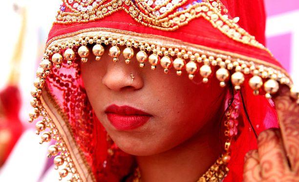 Perinteiseen asuun pukeutunut intialaisnainen joukkohäissä. Kuvituskuva.