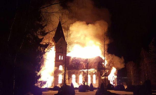 Pelastuslaitos sai ilmoituksen Ylivieskan puukirkon tulipalosta lauantaina kello 19.34. Tulipalosta on kiinniotettuna paikkakuntalainen 1980-luvulla syntynyt mies.