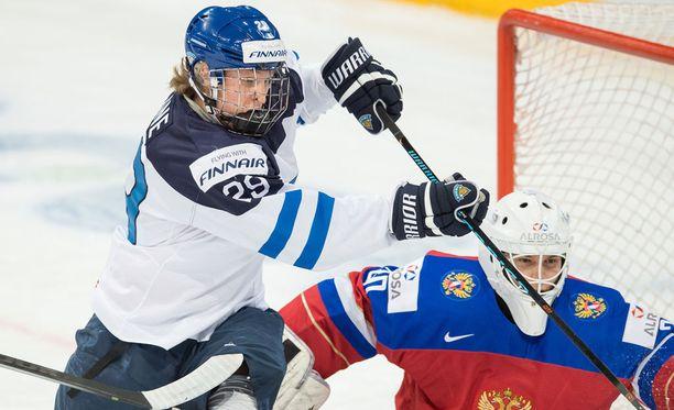 Patrik Laine ohjasi Suomen 2-1-maalin taidokkaasti ilmasta.