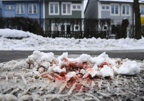 Veriset jäljet lumessa muistuttivat Kistassa keskiviikkoiltana tapahtuneesta kaksoismurhasta.