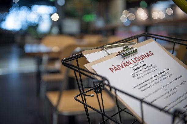 Ruokaravintoloissa koronapassin mahdollista käyttöönottoa hidastavat muun muassa käytännön syyt.