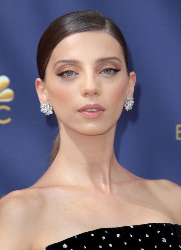 Entäpä jos juhlameikin juju olisikin vain ripsissä? Angela Sarafyanin hienostuneessa lookissa pääosassa ovat näyttävät ripset ja persikkainen poskipuna.